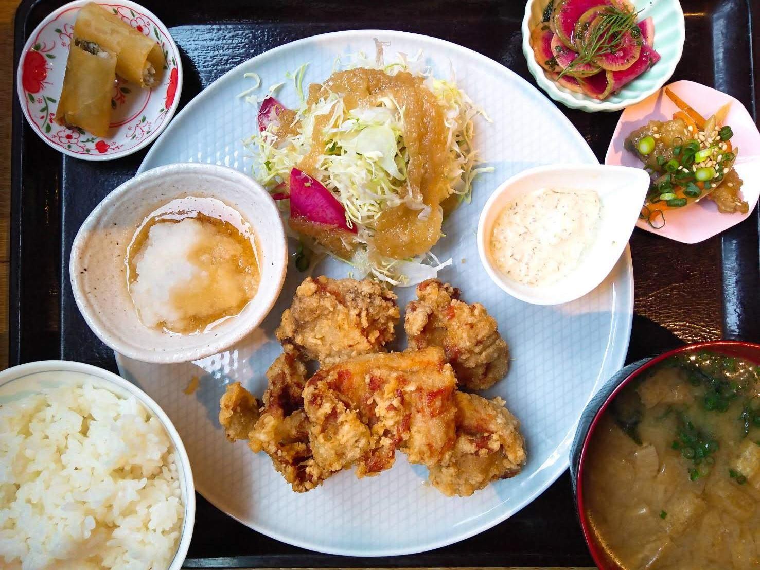 三鷹「ユーカリ食堂」のあべどりの唐揚げ定食