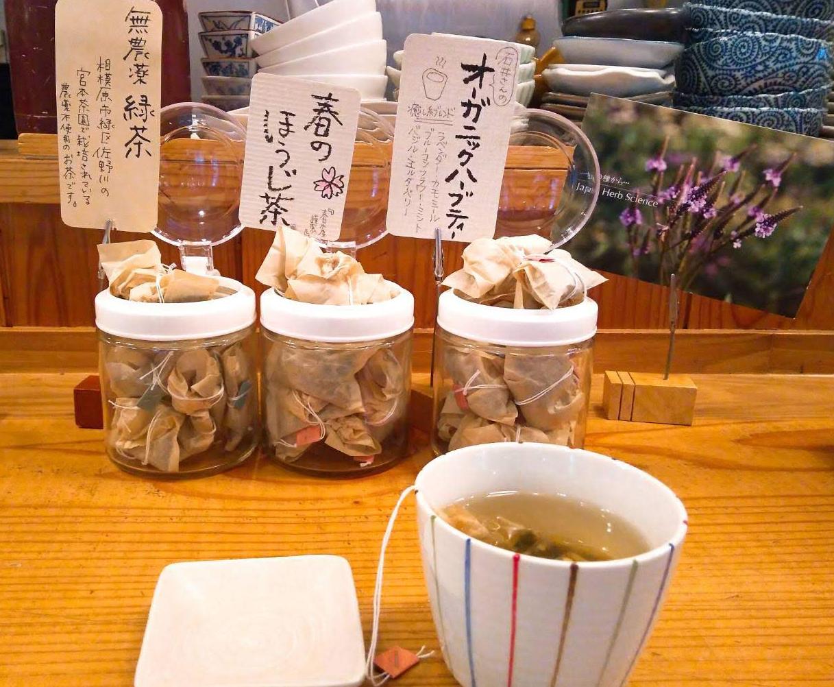 三鷹「ユーカリ食堂」の選べる3種のお茶