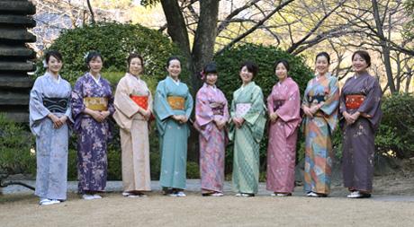 美しい日本庭園をバックに記念撮影も