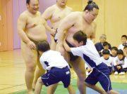 大相撲藤沢場所の力士らが訪問 湘南学園児童が伝統文化を体験