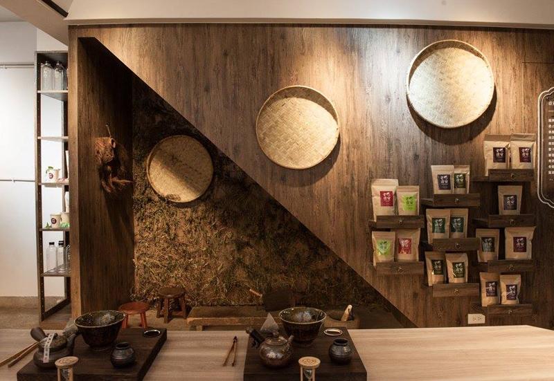台北・台湾ハーブティー店「老濟安」カウンターと茶器