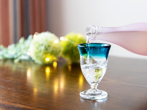 日本酒をワイングラスに注ぐ@P1040008