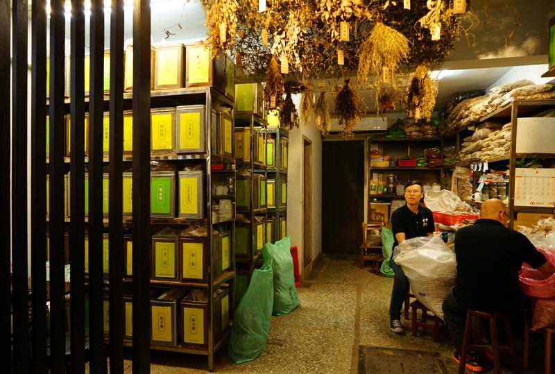 台北・台湾ハーブティー店「老濟安」薬草棚