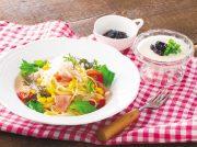 糸寒天と生ハムの冷製サラダパスタ パンナコッタ ブルーベリーソース添え