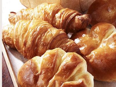 ベーカーハウステーブル食パン、クロワッサン、クリームパン