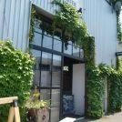 見た目は倉庫、実は森彦4号店!隠れ家カフェ「プランテーション」菊水