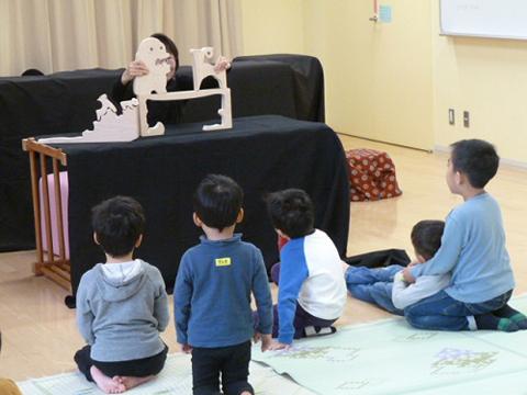 おはなし会を楽しむ子どもたち(山田駅前図書館)