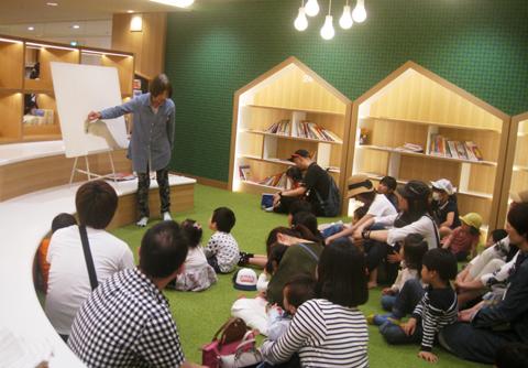 ボランティアが演じるパネルシアターは大人気(池田市立図書館)