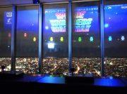 窓がゲーム画面!?  大阪・あべの「ハルカス300」でインベーダーと激戦!