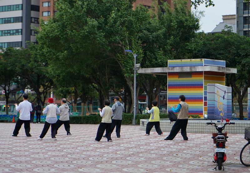 台北・大安森林公園で早朝に太極拳をするグループ