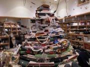 【東区】書店を彩るクリスマスツリーは、まさかの・・・!