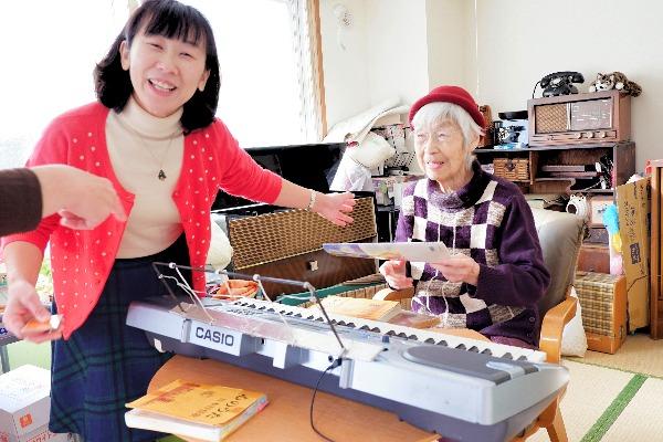 90歳を超えてもで4時間越えBGMを担当する岡田さんとケアマネジャー西脇 利恵氏
