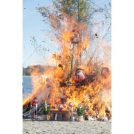 海の公園で「どんど」で焼いた団子や餅つき