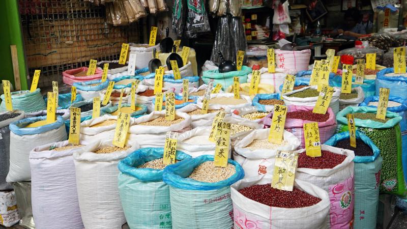 台湾高雄市・三鳳中街の雑穀店